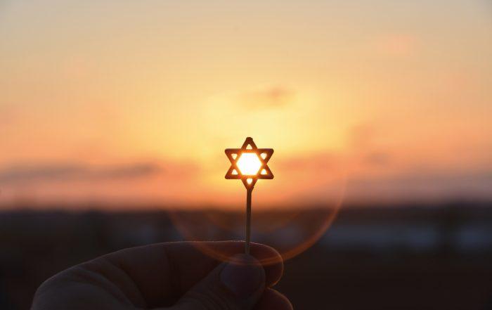 Main tenant une étoile de David